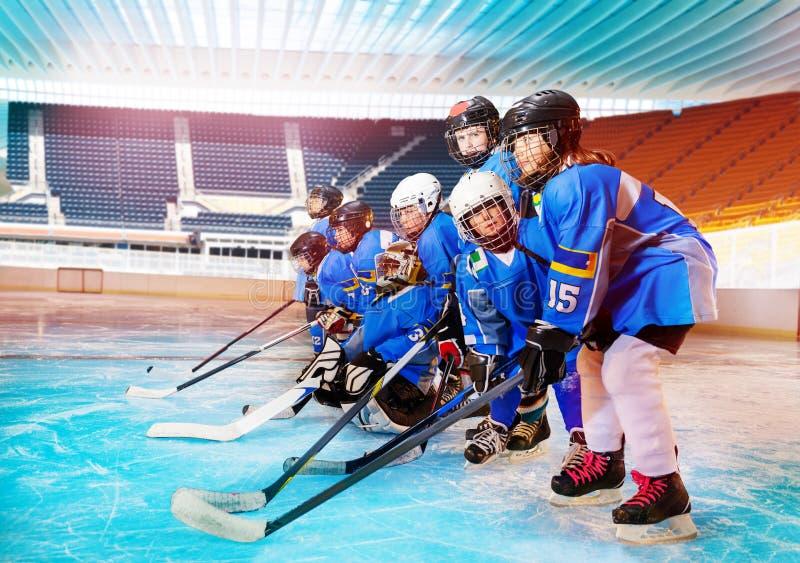 Ijshockeyspelers die klaar voor toernooien worden royalty-vrije stock afbeelding