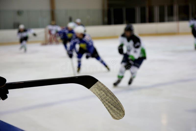 Ijshockeystok en ijshockeyspel stock foto