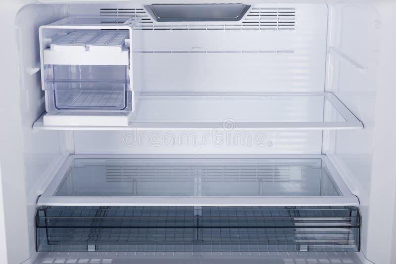 Ijskast op witte achtergrond wordt ge?soleerd die Moderne Keuken en Binnenlands Major Appliances stock afbeelding