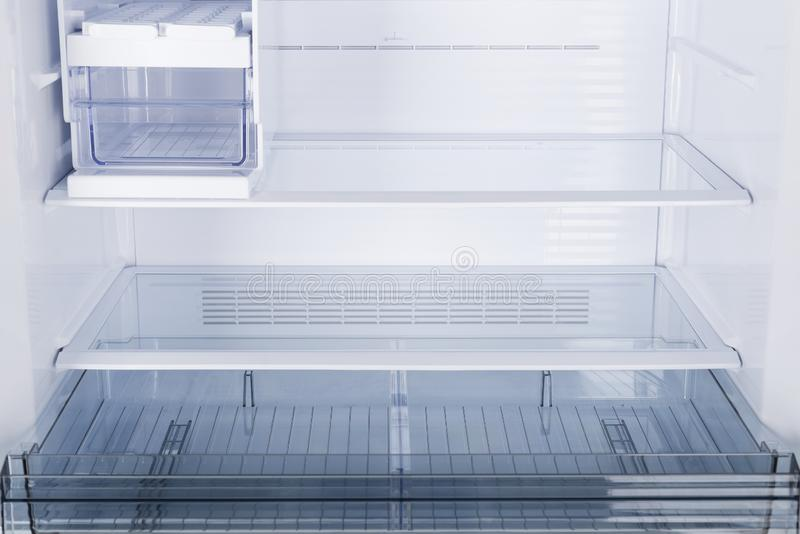 Ijskast op witte achtergrond wordt ge?soleerd die Moderne Keuken en Binnenlands Major Appliances stock fotografie