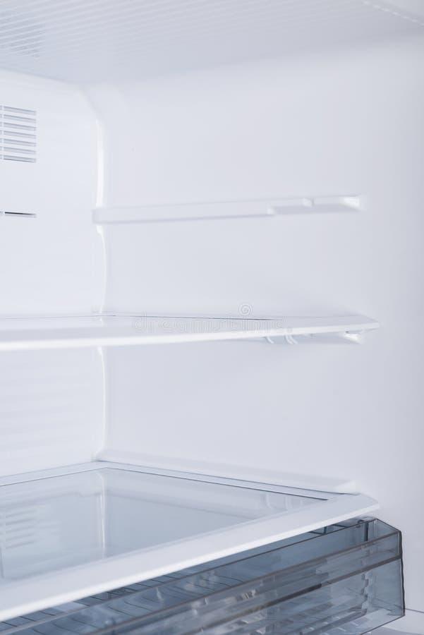 Ijskast op witte achtergrond wordt ge?soleerd die Moderne Keuken en Binnenlands Major Appliances royalty-vrije stock fotografie