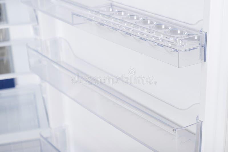 Ijskast op witte achtergrond wordt ge?soleerd die Moderne Keuken en Binnenlands Major Appliances royalty-vrije stock foto