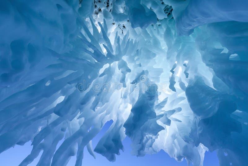 Ijskegel van klip hierboven op Olkhon-eiland op het meer dat van Baikal wordt bevroren stock fotografie