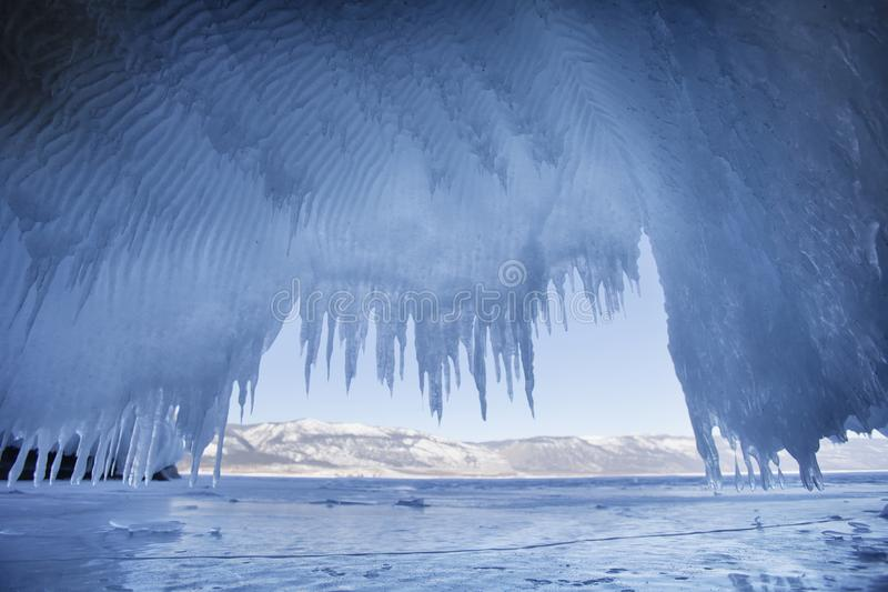 Ijskegels Meer Baikal, Oltrek-eiland stock afbeelding