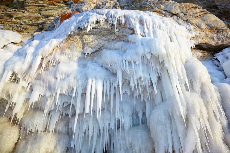 Ijskegels op de ijsmuur stock afbeeldingen