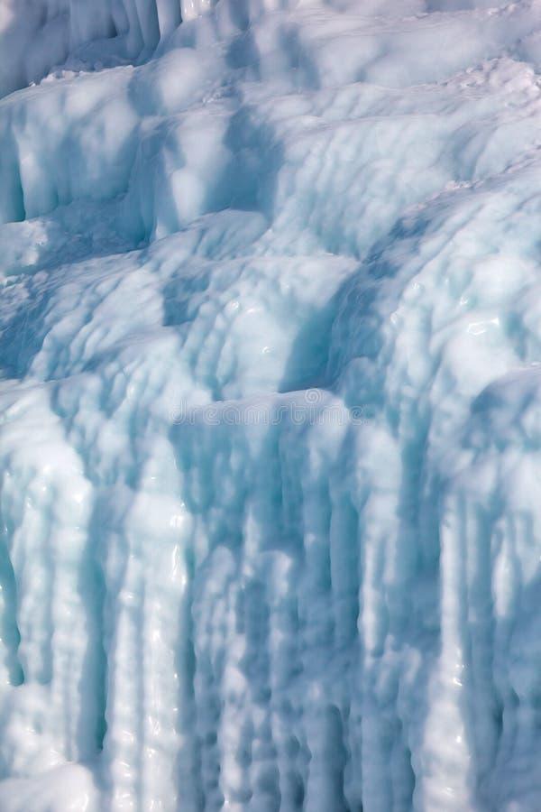 Ijskegels op de ijsmuur royalty-vrije stock foto