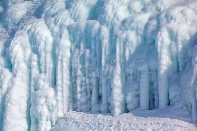 Ijskegels op de ijsmuur stock fotografie