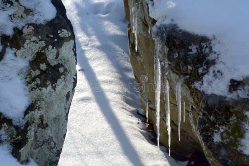 Download Ijskegels Tussen Twee Rotsen Stock Foto - Afbeelding bestaande uit twee, groot: 107706578