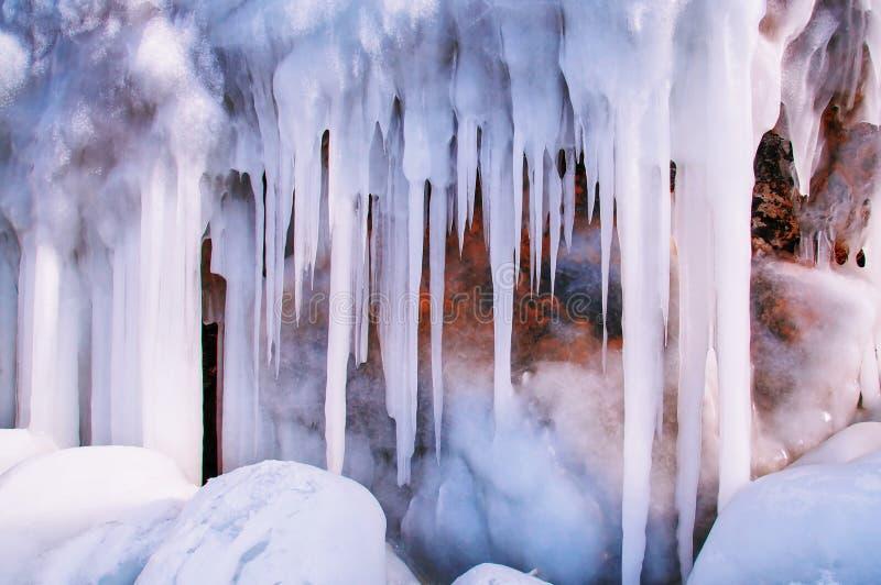 Ijskegelsachtergrond op de ijsmuur op het meer van Baikal bij de winter stock fotografie