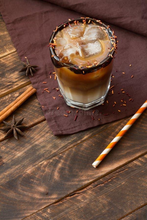 Ijskoffie in een lang glas op een oude rustieke houten lijst Koude de zomerdrank op een donkere houten achtergrond met exemplaarr royalty-vrije stock fotografie