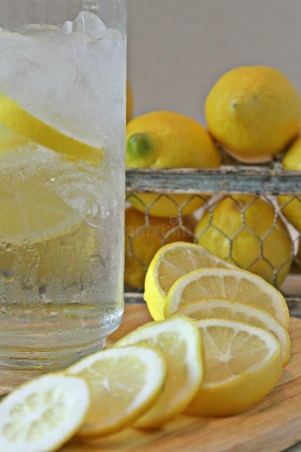 Ijskoud glas Water met citroenen stock afbeeldingen