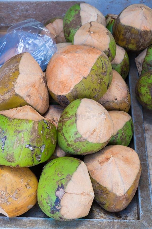 Ijskoude Kokosnoten bij Landbouwers` s Markt in Hawaï stock fotografie