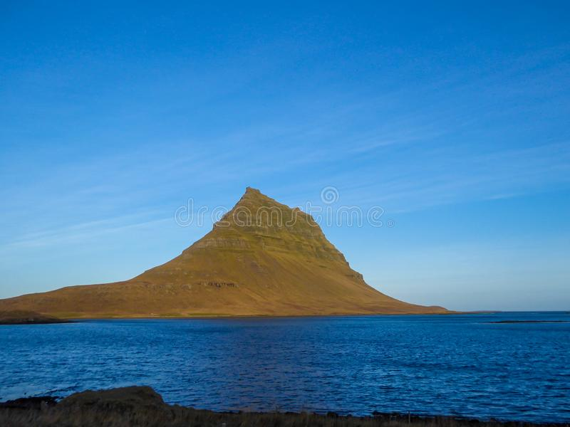IJsland - Beroemde Kirkjufell en de fjord royalty-vrije stock afbeeldingen