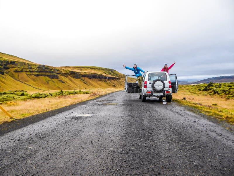 IJsland - een paar die van de auto golven stock foto's