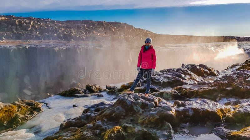 IJsland - Gelukkige ogenblikken bij de waterval royalty-vrije stock afbeelding