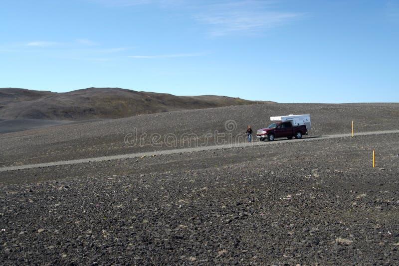IJSLAND - JULI 28 2008: Geïsoleerde kampeerauto met 4 wielen in onwerkelijk breed landschap royalty-vrije stock foto