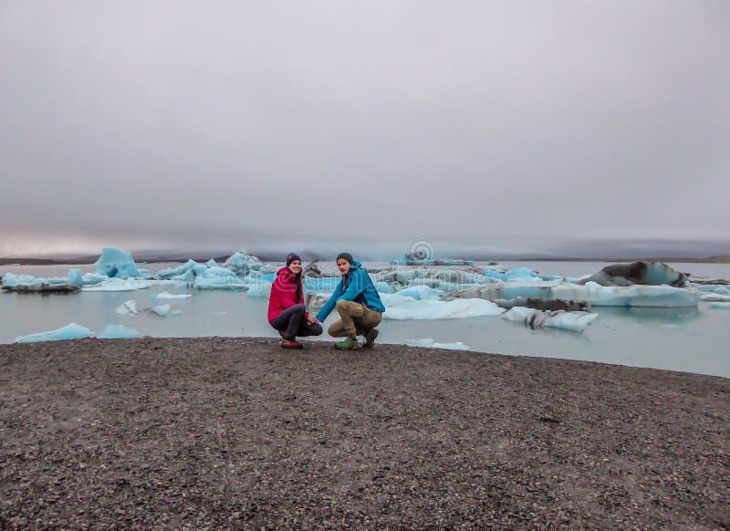IJsland - Paar bij de Gletsjerlagune royalty-vrije stock foto's