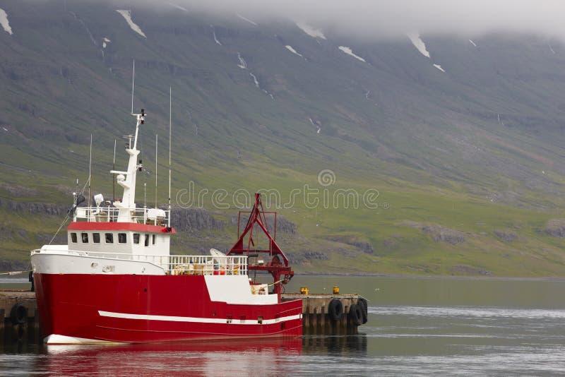 ijsland Seydisfjordur Dok met vissersboot stock afbeeldingen