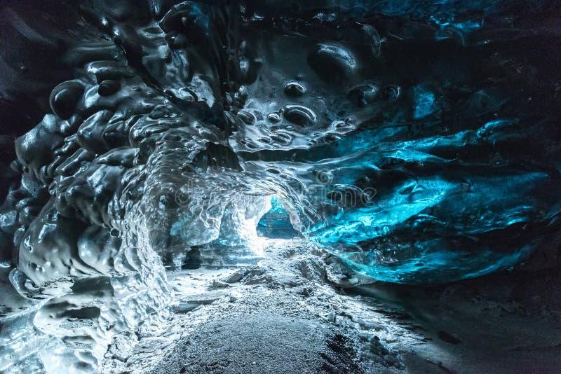 IJslandCrystal Ice-grot in Vatnajokull IJsgrotten zijn een voortdurend veranderend natuurlijk fenomeen met fascinerende ijsvormin stock foto's