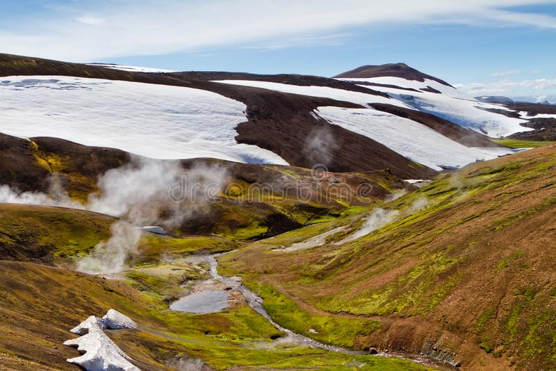 Ijslands berglandschap De hete lentes en vulkanische bergen in het geotermal gebied van Landmannalaugar stock afbeelding
