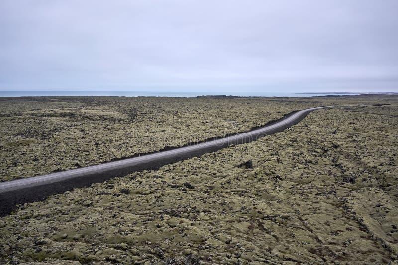 Ijslands landschap met de rijweg van het land royalty-vrije stock fotografie