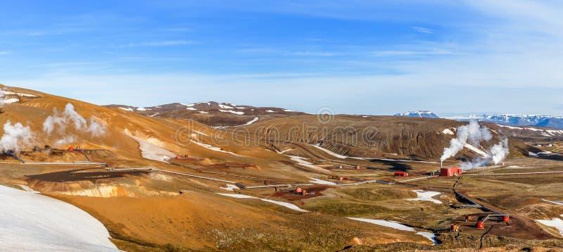 Ijslands landschap met geothermische elektrische centralepost en pijp stock afbeelding