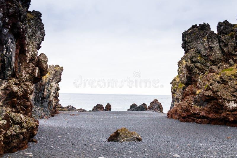 Ijslands strand met zwarte lavarotsen, Snaefellsnes-schiereiland, IJsland stock foto's
