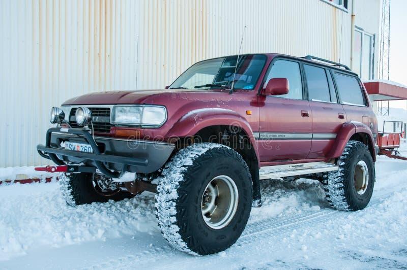 Ijslandse gewijzigde Toyota-Landkruiser op grote wielen in sneeuw stock fotografie