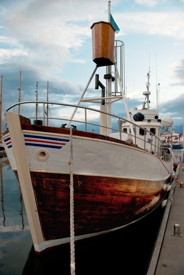 Ijslandse vissersboot in de haven van Husavik stock afbeeldingen