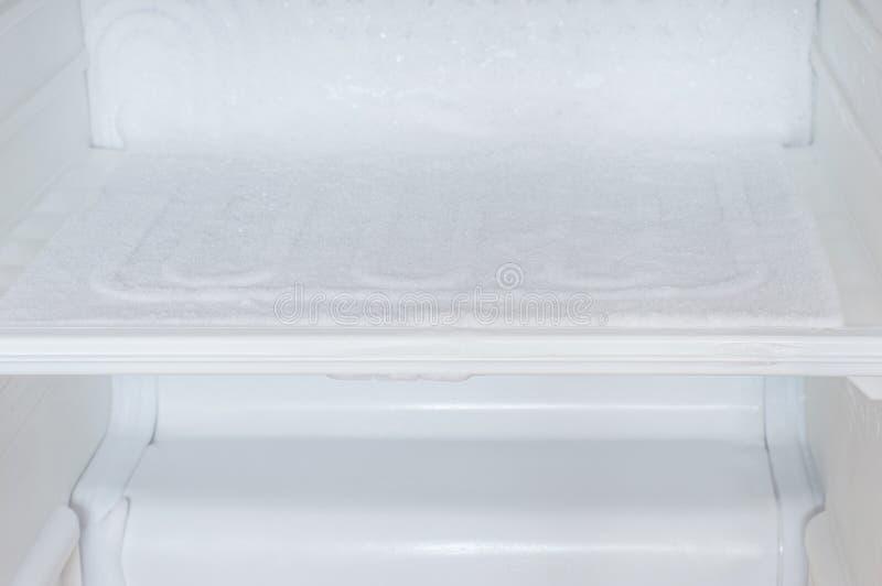 Ijsopbouw binnen van een ijskast stock afbeeldingen