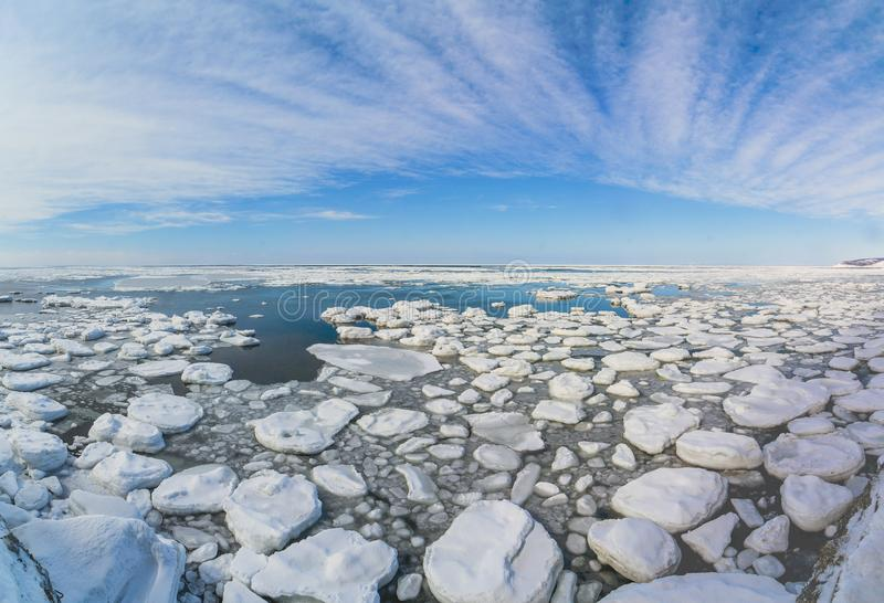 Ijsoverzees op het eiland van Sakhalin stock foto