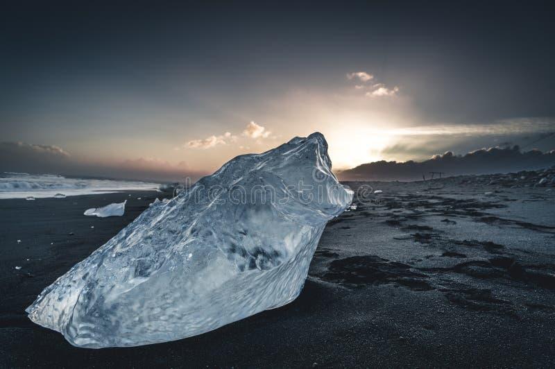 Ijsrots met zwart zandstrand bij Jokulsarlon-het strand van de stranddiamant in zuidoostenijsland stock foto