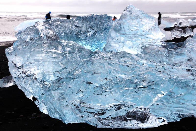 Ijsrotsen op Diamantstrand in IJsland stock fotografie