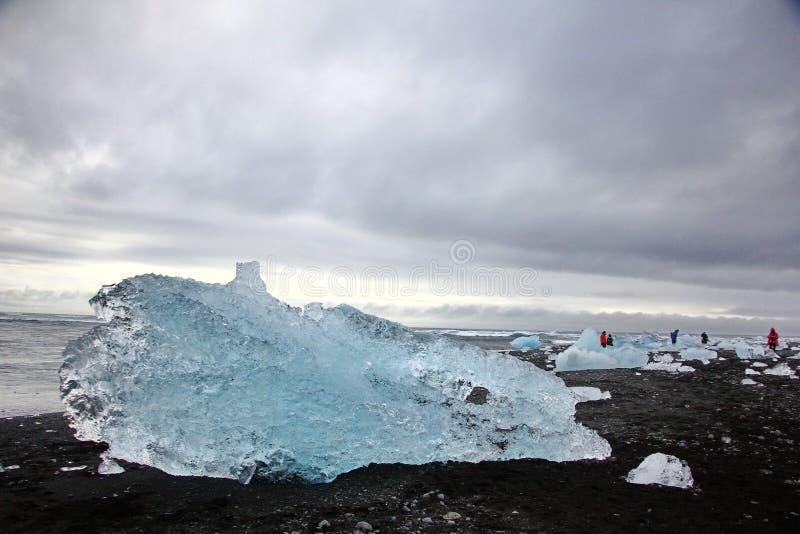 Ijsrotsen op Diamantstrand in IJsland stock afbeelding