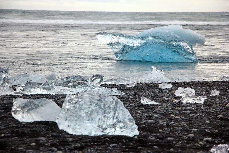 Ijsrotsen op Diamantstrand in IJsland stock foto's