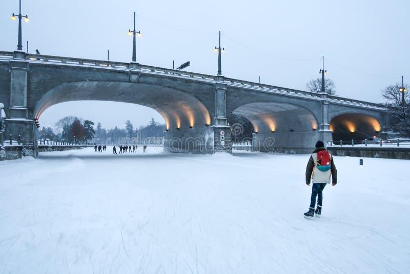 Ijsschaatser op de de vleetpiste van Ottawa in de winter stock foto's
