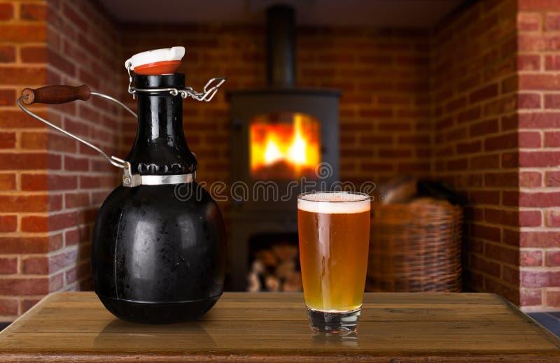 Ijsschots en glas bier thuis royalty-vrije stock afbeeldingen