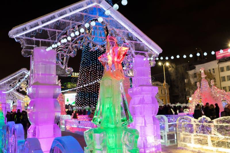 Ijsstad met beeldhouwwerken in Yekaterinburg-stad, 2016 royalty-vrije stock foto