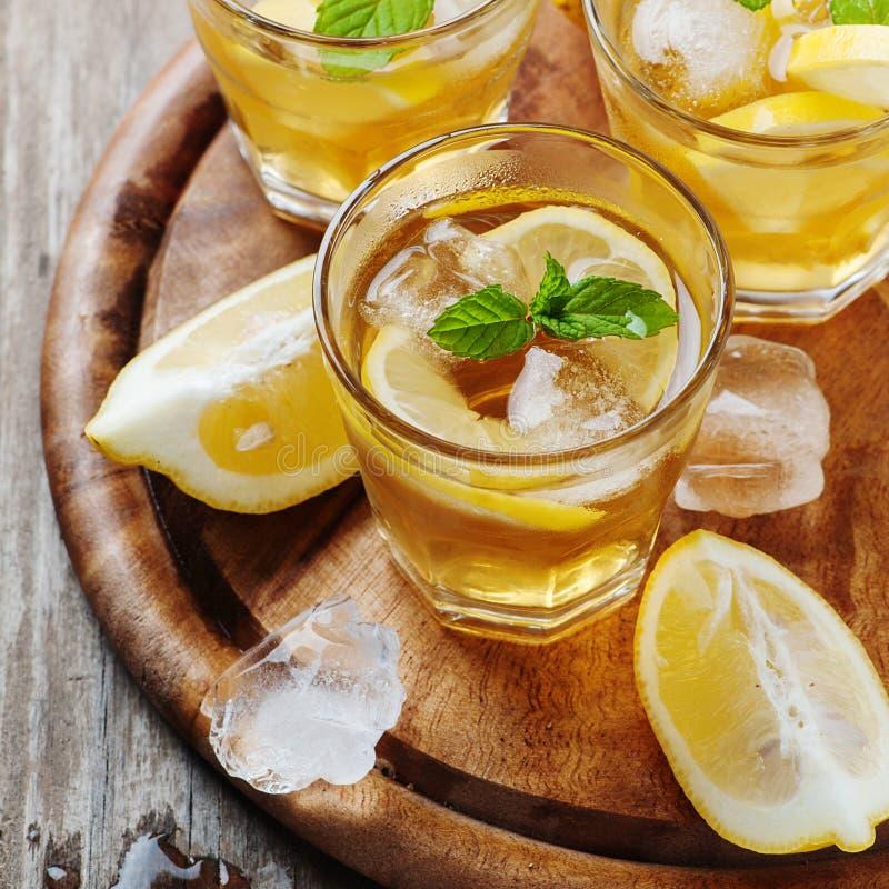 Ijsthee met citroen en munt royalty-vrije stock afbeelding