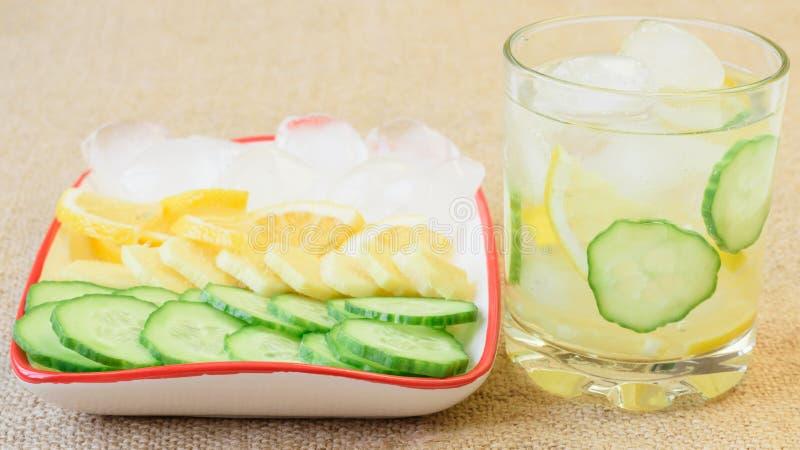 Ijswater, citroen, gemberwortel en komkommer stock foto's