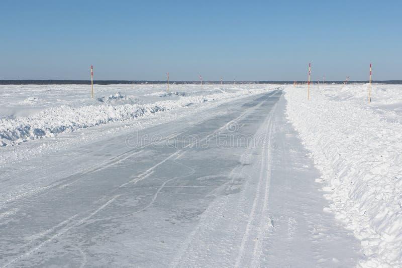 Ijsweg in sneeuw op het bevroren waterreservoir in de winter royalty-vrije stock foto