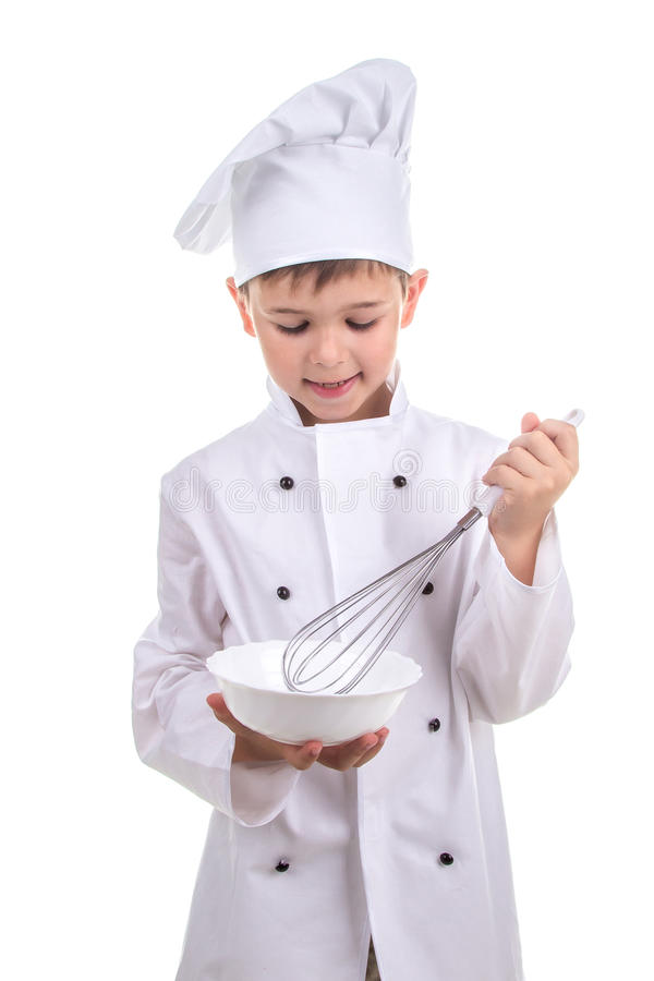 Ijverig klein kooktoestel die ingrediënten in een speciale kokende schotel mengen recept stock fotografie