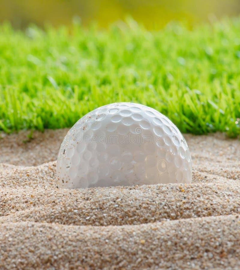 Ijzer dat golfbal in motie raakt stock foto