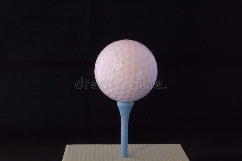 Ijzer dat golfbal in motie raakt royalty-vrije stock afbeelding