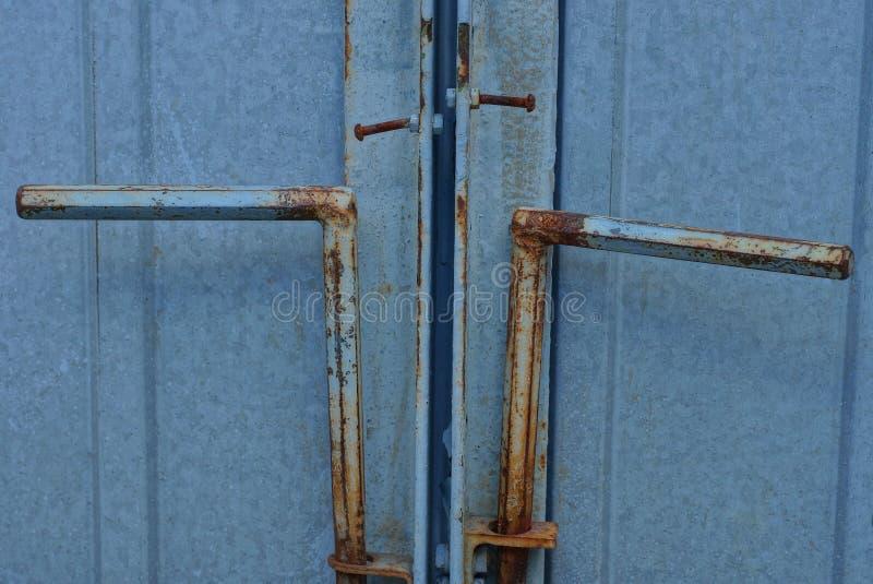 Ijzer twee deadbolt op een grijze metaalpoort royalty-vrije stock foto