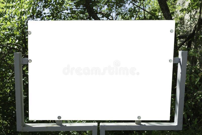 Ijzeraanplakbord in het bos stock fotografie