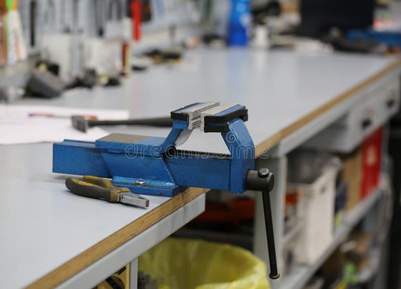 Ijzerbankschroef binnen een mechanische workshop royalty-vrije stock fotografie