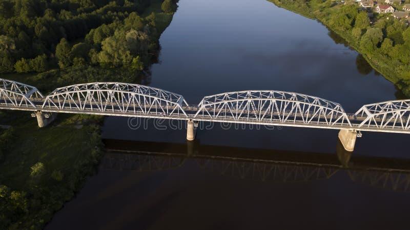 Ijzerbrug over de rivier luchthommel stock afbeelding