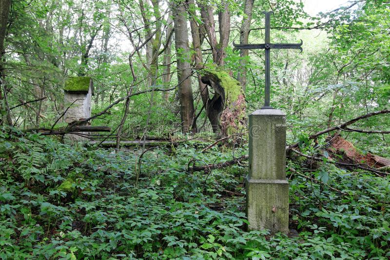 Ijzerkruis in een overledene dorp stock afbeelding