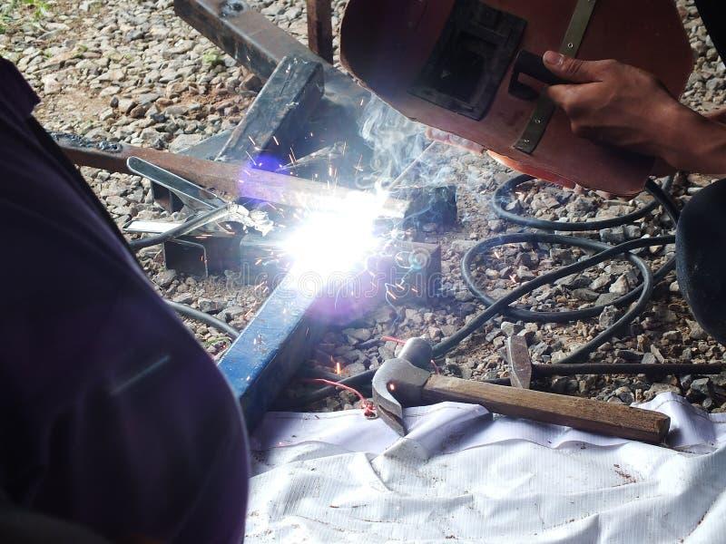 Ijzerlassen met fonkeling in het industri?le werk stock foto's